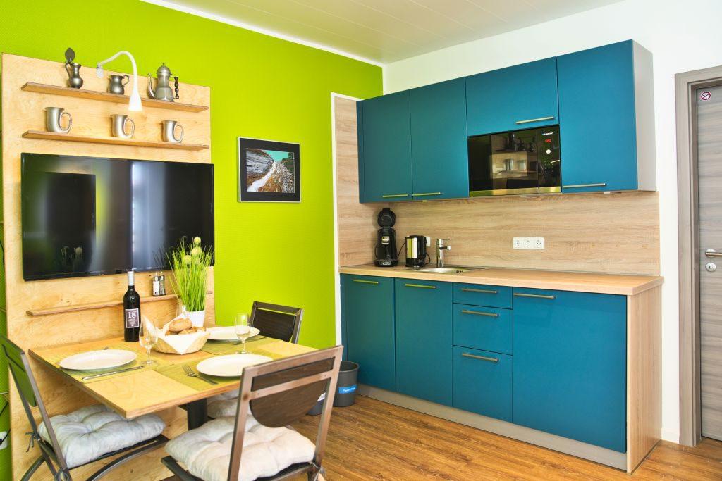 Auch das zweite Appartment bietet Ihnen Küche und Sitzmöglichkeiten.